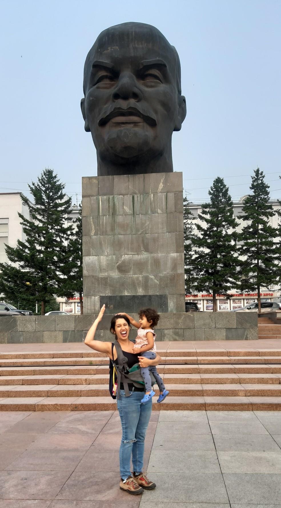 Gabriela, Olívia e a 'cabeça gigante do Lênin' em Ulan-Ude, na Rússia, próximo à fronteira com a Mongólia. — Foto: Arquivo pessoal/Gabriela Antunes