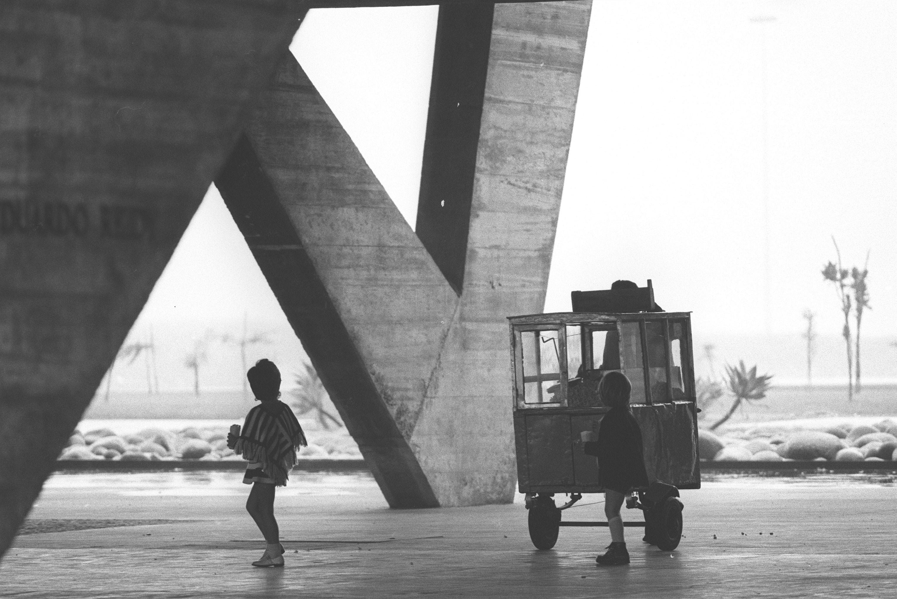 Crianças comem pipoca sob o Museu de Arte Moderna (MAM), em 1971