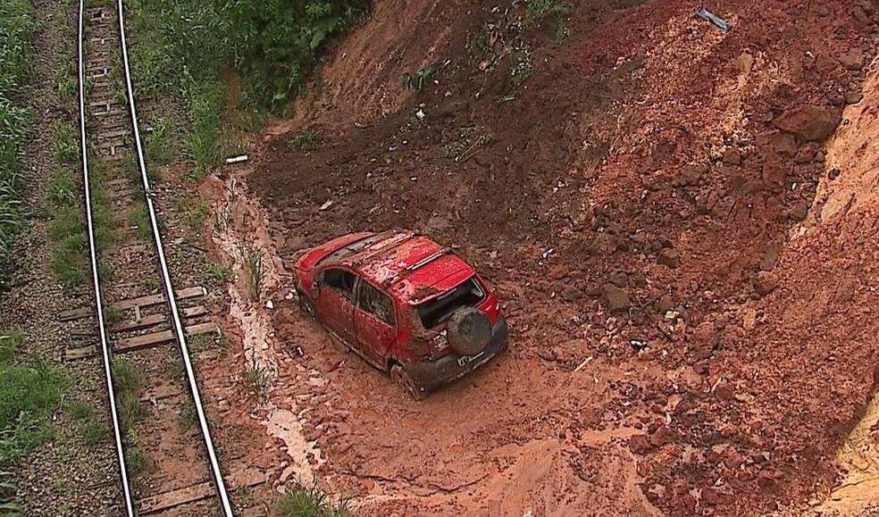 Acidente aconteceu nesta segunda-feira (22); motorista saiu sozinho do carro, conforme testemunhas (Foto: Reprodução/RPC)