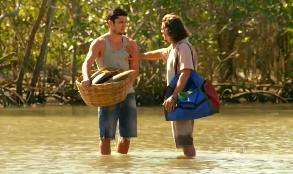 Juliano (Bruno Gissoni) conta a Donato (Luiz Carlos Vasconcelos) algo que sabe sobre Hélio (Raphael Vianna) - 'Flor do Caribe' — Foto: Globo