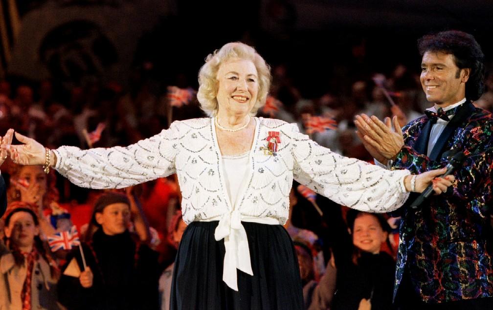 Dame Vera Lynn é aplaudida durante apresentação no Hyde Park, em Londres, em 1995, em celebração aos 50 anos do fim da 2ª Guerra Mundial.  — Foto: Reuters/Arquivo