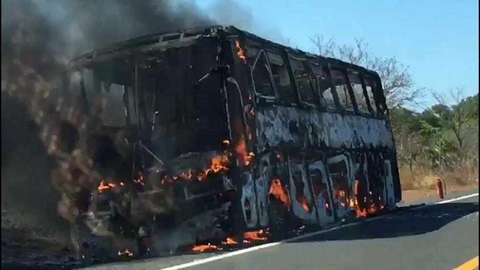 Ônibus pegou fogo perto da cidade de Monsenhor Gil (Foto: Reprodução)