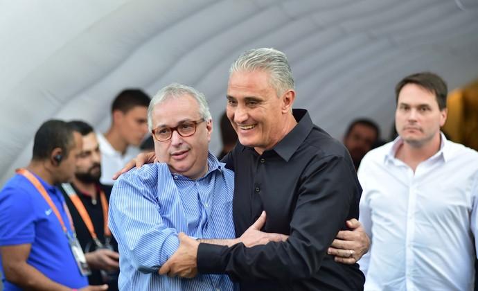Tite abraça Roberto de Andrade antes de receber homenagem no Corinthians (Foto: Marcos Ribolli)