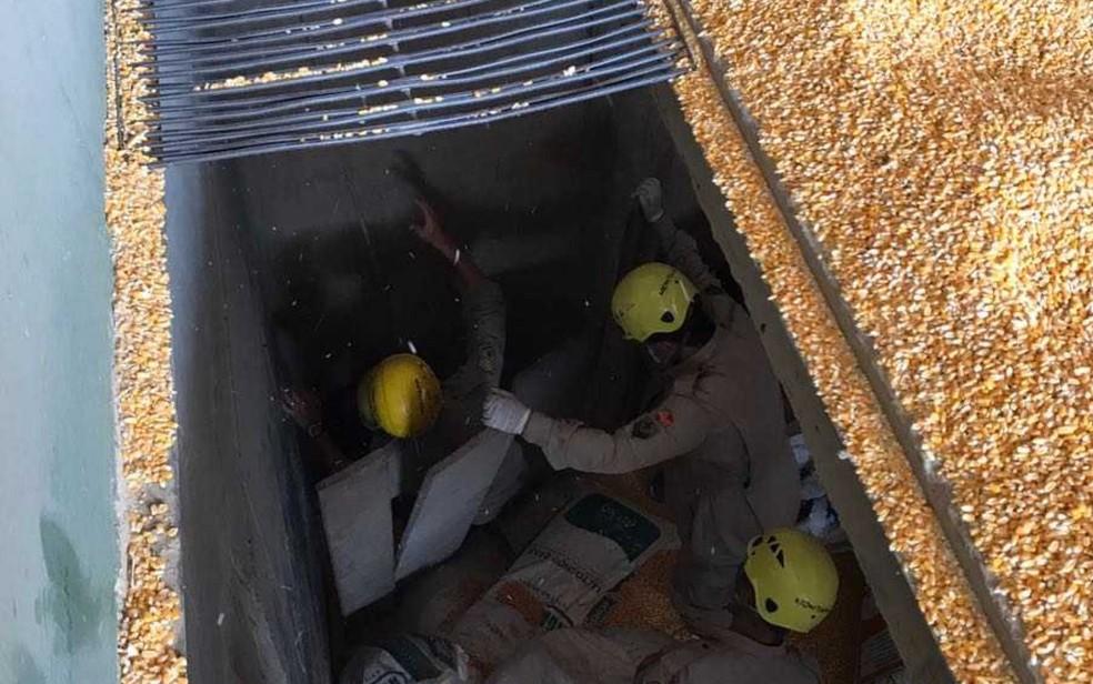 Trabalhador morre soterrado por milho após cair em depósito (Foto: Divulgação/Corpo de Bombeiros)