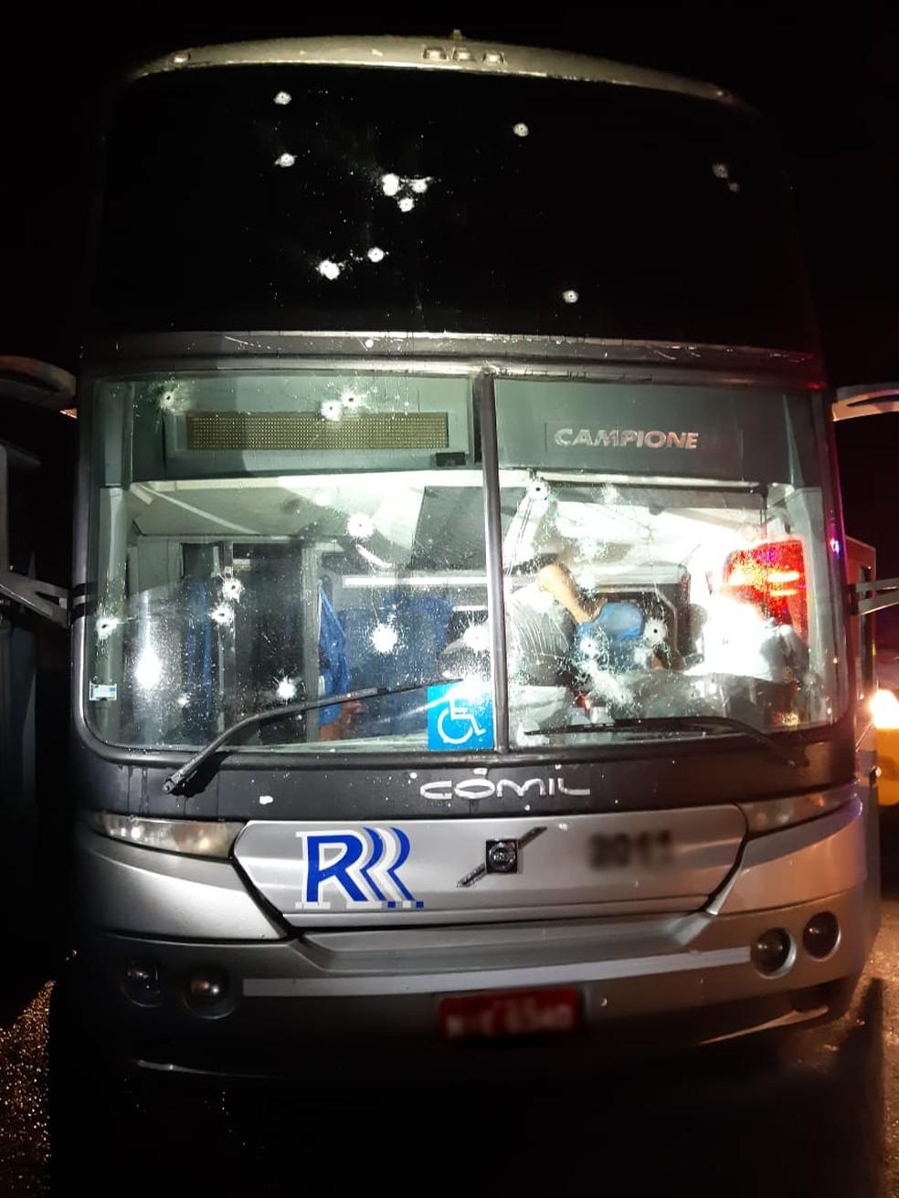 Motorista de um dos ônibus foi baleado durante assalto, em Tijucas do Sul — Foto: Divulgação/PRF