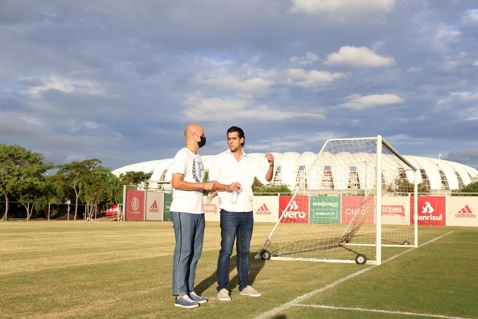 Novo treinador do Inter Miguel Ángel Ramírez e Paulo Bracks, diretor executivo — Foto: Ricardo Duarte/Divulgação Inter