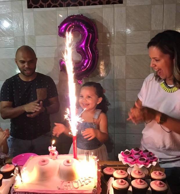 A felicidade estampada na cara de Laura, que queria o mamá como tema de seu aniversário de 3 anos (Foto: Arquivo pessoal/ Marcelle Castro)