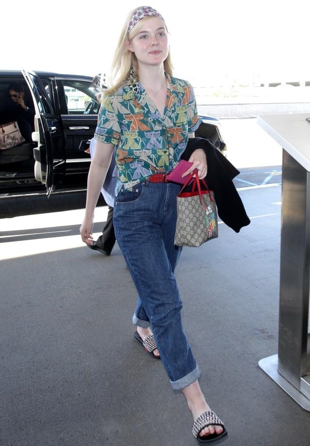 Elle Fanning de bolsa da linha infantil da Gucci (Foto: IMAXTREE)