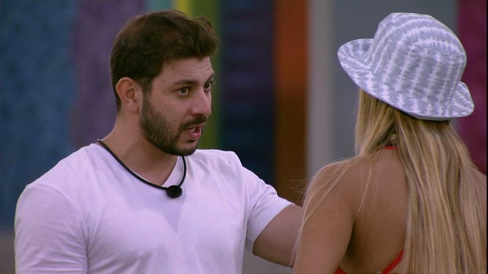 Caio aconselha Kerline  — Foto: Globo