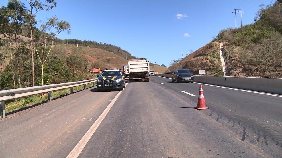 Depois do acidente, pista da BR-101, no ES, foi interditada — Foto: Álvaro Queiroz/ TV Gazeta