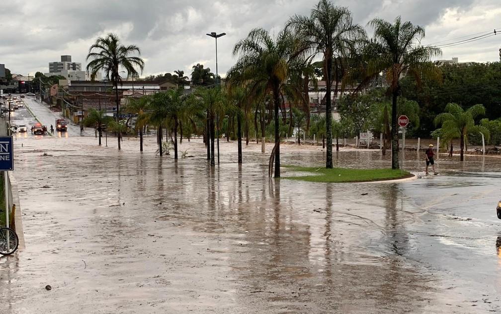 Avenida Miguel Sábio de Mello tomada pela água na tarde desta quarta-feira (20), em Franca, SP — Foto: Leonardo Vieira/Arquivo pessoal