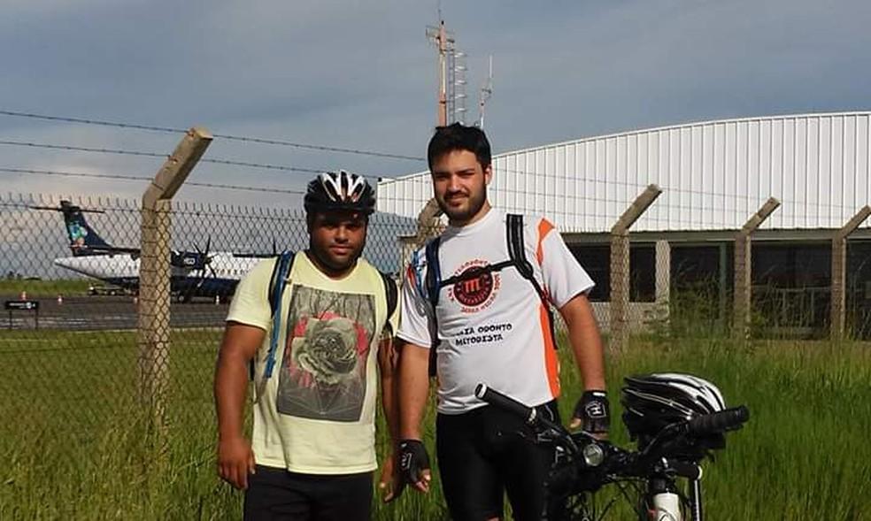 Lucas foi ao Guarujá junto com o amigo Adrian, para cuidar do irmão mais novo — Foto: Arquivo pessoal