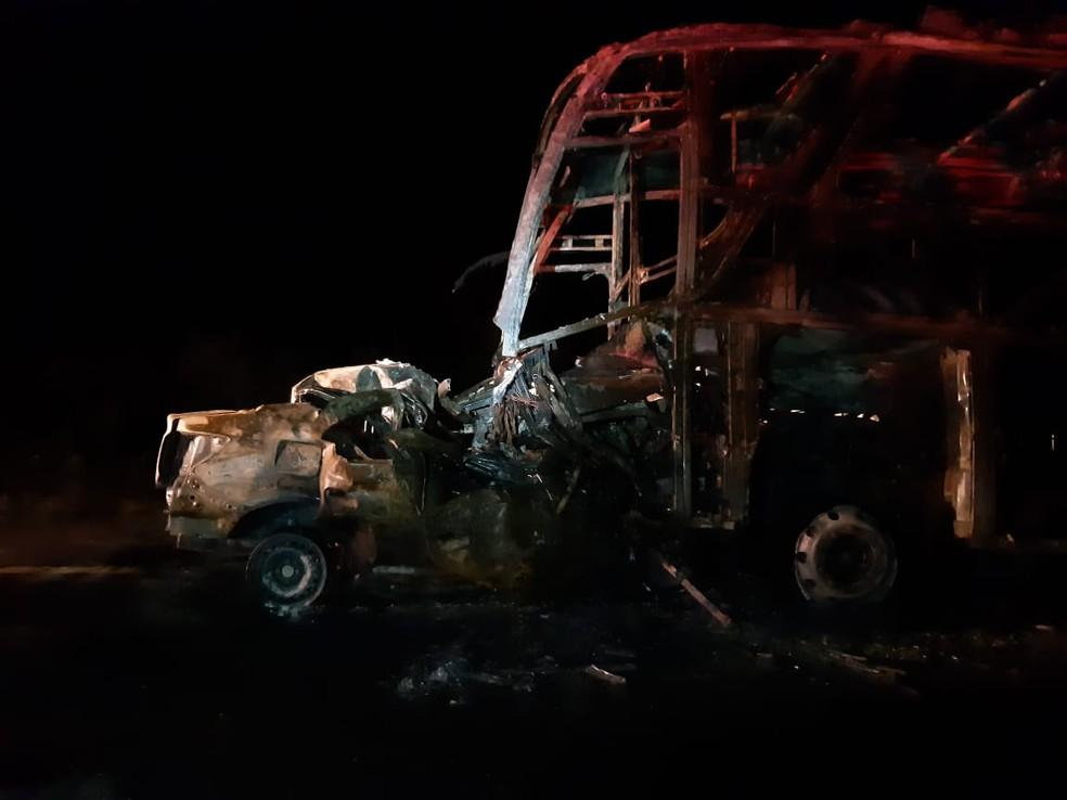 Motorista do carro de passeio morreu carbonizado após bater em ônibus — Foto: PRF/Divulgação