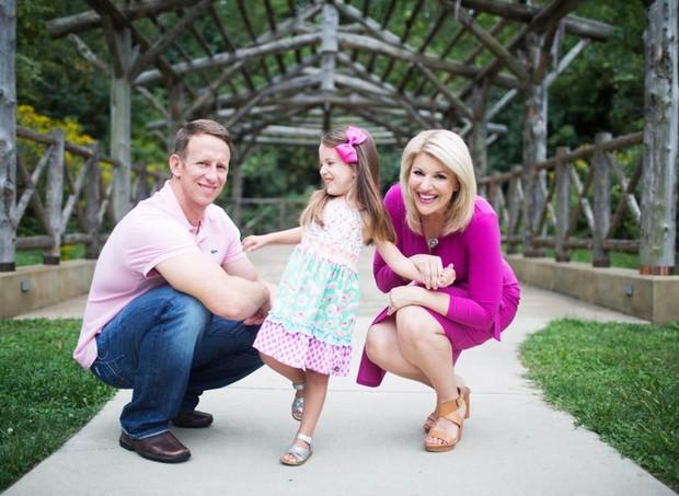 Stacey, o marido e a filha, Peyton (Foto: Reprodução/ Facebook)