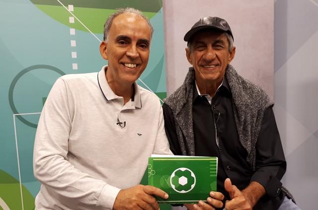Raimundo Fagner gravou com o apresentador Sergio du Bocage o programa 'No mundo da bola' (Foto: Fernando Chaves / TV Brasil)