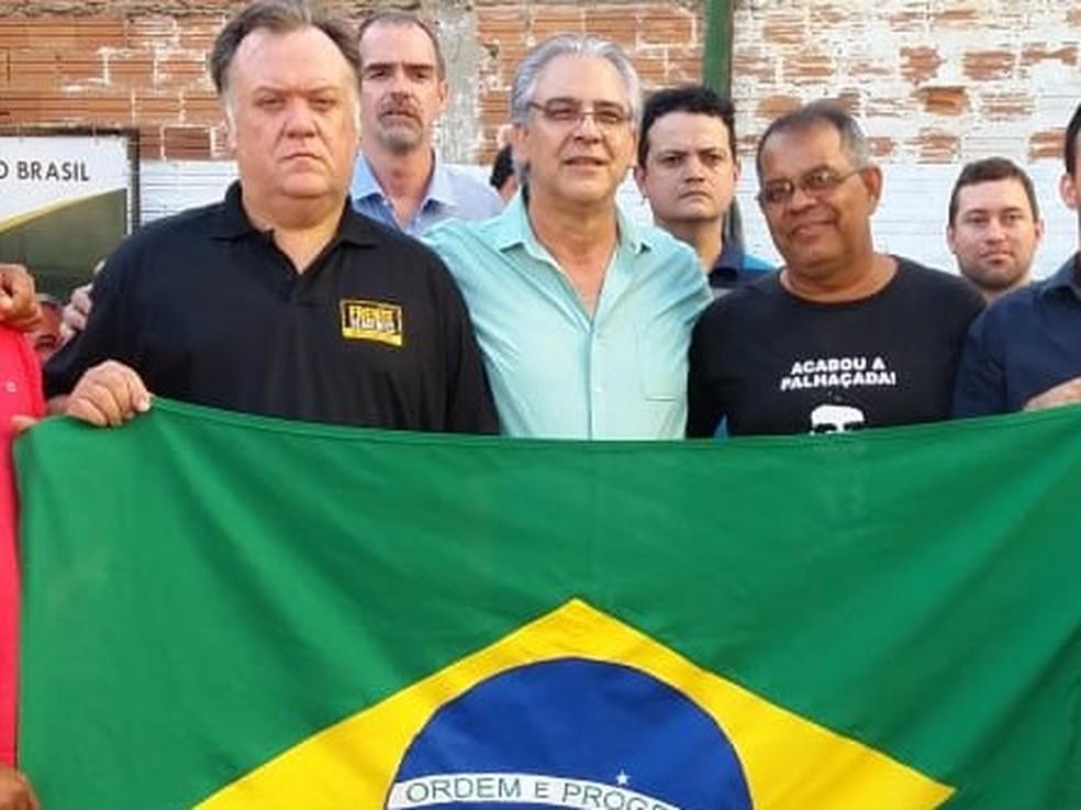 César Simoni (ao centro) disputa o governo do Tocantins pelo PSL (Foto: Mazim Aguiar/TV Anhanguera)