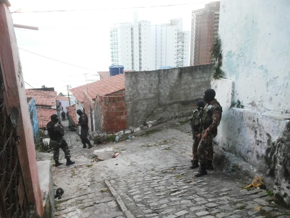 Bairro de Mãe Luíza foi alvo de uma operação da PM no início da manhã desta terça (17) (Foto: PM/Divulgação)