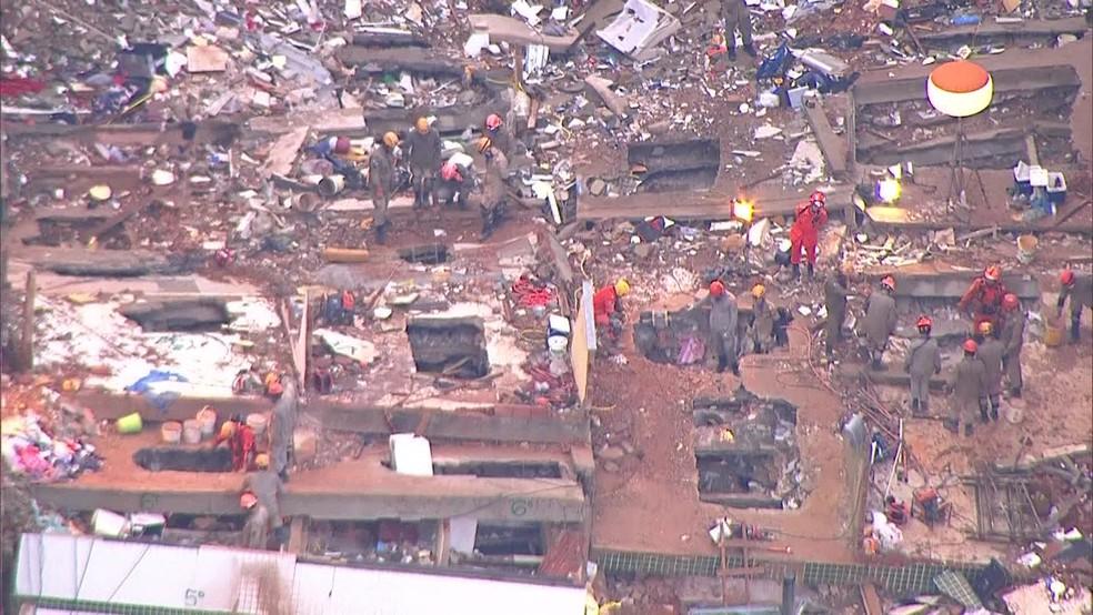 Bombeiros fazem buscas em escombros pelo quarto dia seguido na comunidade da Muzema — Foto: Reprodução/ TV Globo