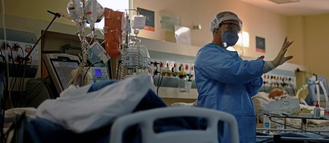 Médico se prepara para cuidar de paciente no hospital Oceânico em Niterói