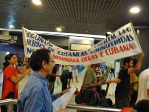 No aeroporto, grupo protestou acusando a blogueira de receber dinheiro americano para ser revolucionária (Foto: Katherine Coutinho/G1)