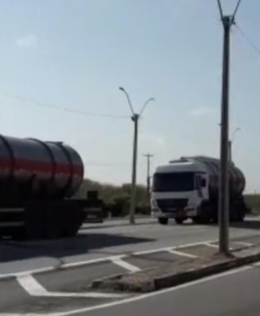 Carretas carregavam 60 mil litros de álcool — Foto: Reprodução