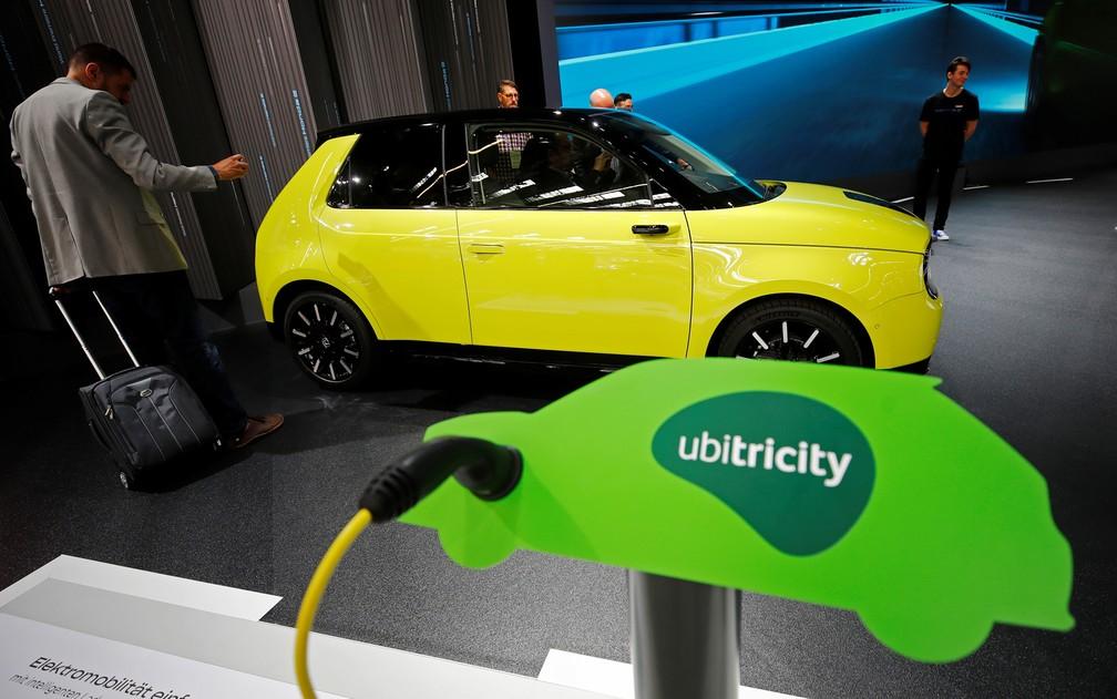 """Honda """"e"""", o compacto elétrico da montadora japonesa com visual retrô — Foto: Wolfgang Rattay/Reuters"""