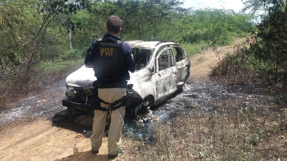 Carro foi encontrado queimado em estrada de barro de Assu  (Foto: Dilvulgação/PRF)