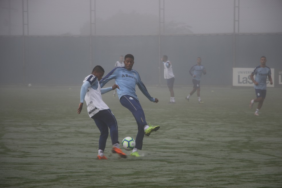 Jean Pyerre participa de treino do Grêmio — Foto: Eduardo Moura