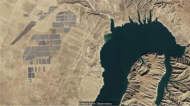 Uma barragem hidroelétrica está conectada a uma fazenda solar em Longyangxia - é uma das maiores estações fotovoltaicas do mundo (Foto: NASA EARTH OBSERVATORY/BBC)