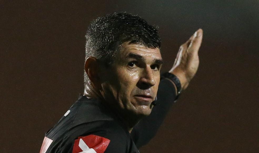 Marcelo de Lima Henrique apita Ponte Preta x Guarani — Foto: César Greco / Ag. Palmeiras / Divulgação