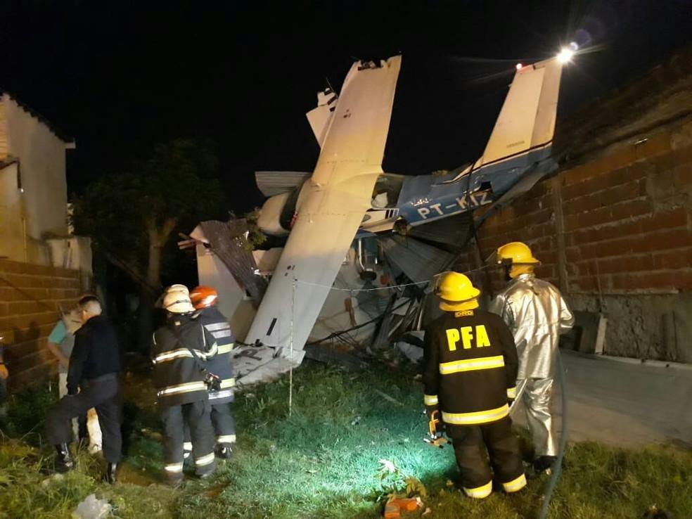 Avião que saiu de Porto Alegre caiu sobre casa na Argentina. Quatro pessoas tiveram ferimentos leves — Foto: Divulgação/Subsecretaria de Emergências de Buenos Aires
