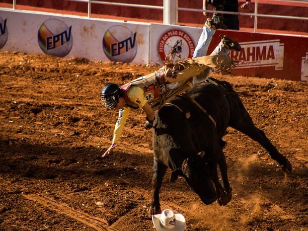 Vitor Lambert Rodrigues sofreu uma forte queda na Arena de Barretos (Foto: Mateus Rigola/G1)