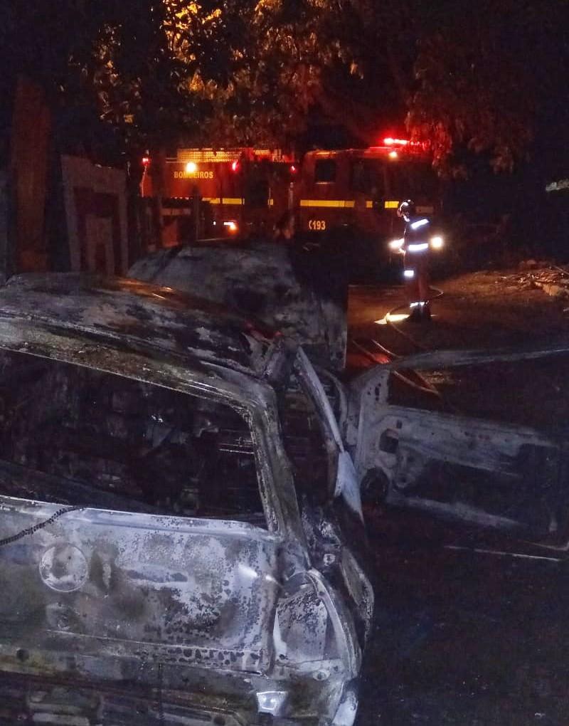 Carro é incendiado no Bairro Natal em Ituiutaba; suspeita é de ação criminosa