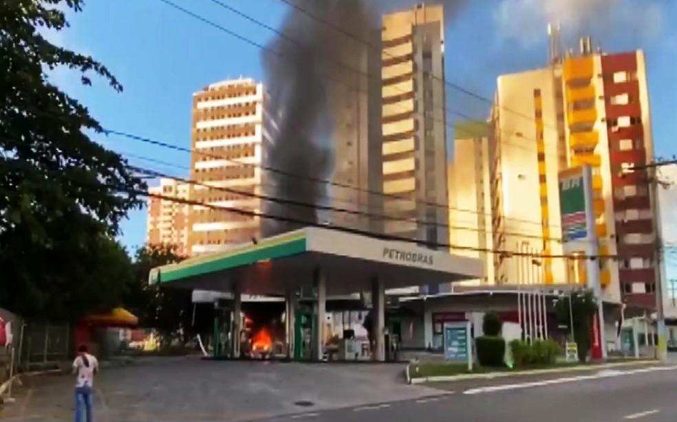 Carro pega fogo e explode após abastecimento de GNV em posto de combustível, em Salvador — Foto: Reprodução/TV Bahia