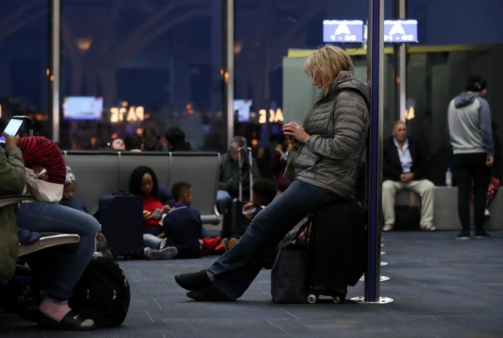 Passageiros aguardam para embarcar em voo com atraso da Southwest, no aeroporto de Arlington, na Virgínia — Foto: Leah Millis/Reuters