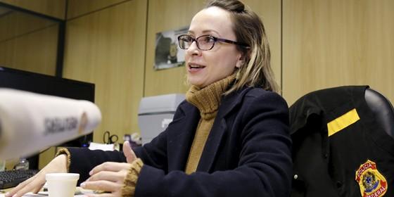 A delegada Erika Marena, uma das maiores especialistas na Polícia Federal em crimes financeiros (Foto: Rodolfo Buhrer / Reuters)