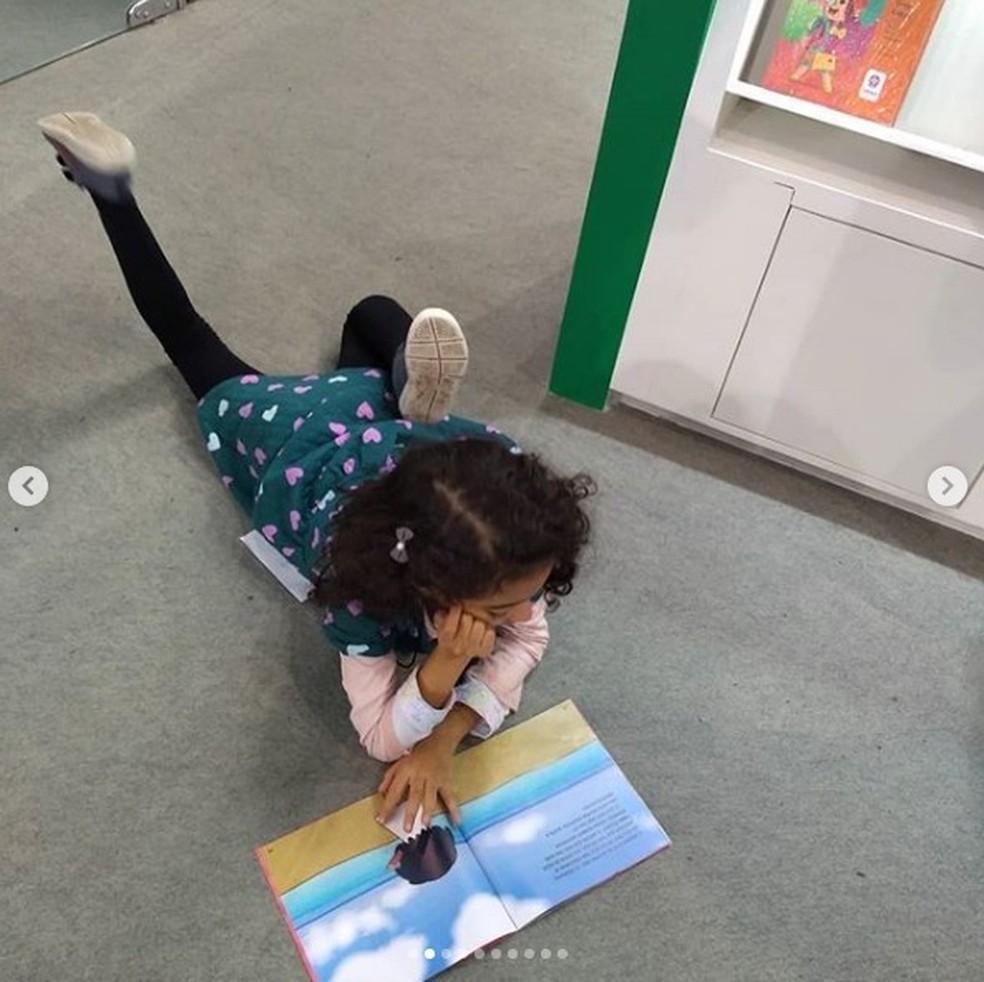 """Maria Luiza, de 7 anos, virou heroína no livro """"A Menina Feita de Nuvens"""", criado pela mãe. — Foto: Arquivo pessoal"""