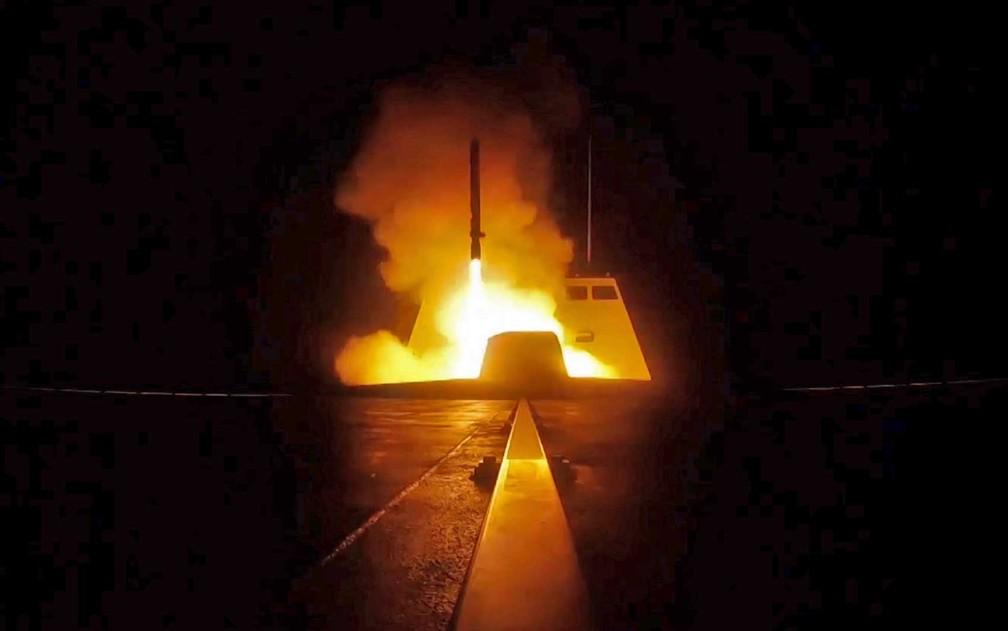 Lançamento de míssil de navio francês no Mar Mediterrâneo em direção a alvos na Síria (Foto: ECPAD / via AFP Photo)