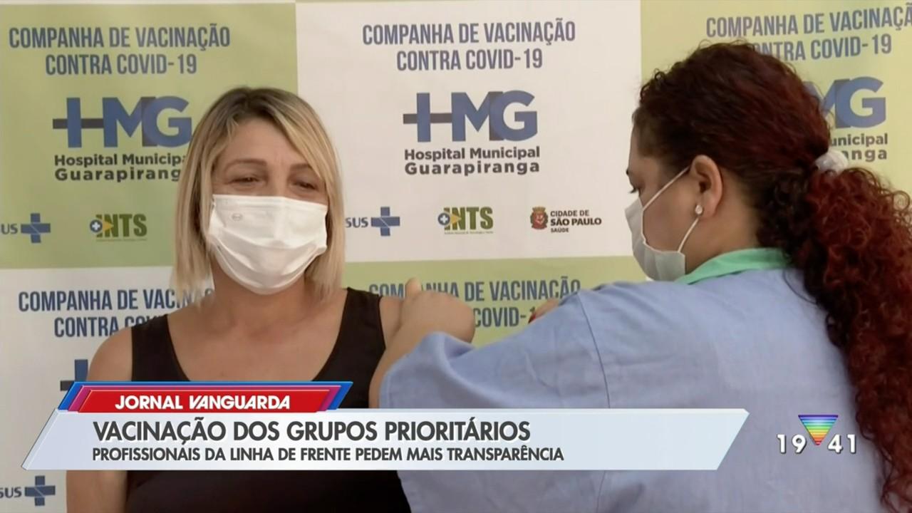 Profissionais da linha de frente contra Covid-19 pedem transparência na vacinação