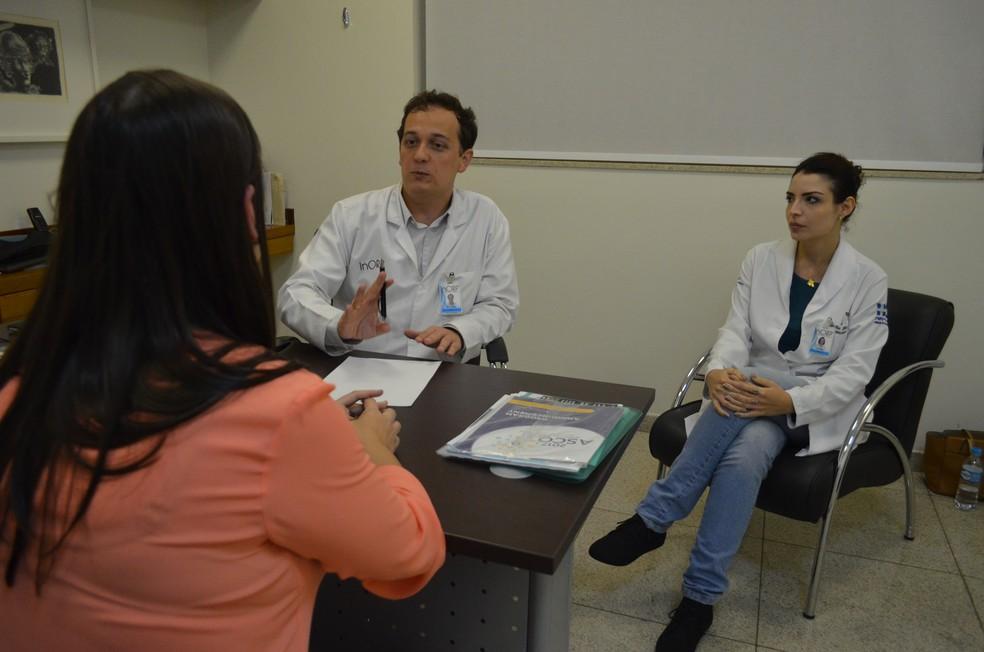 André e Cecília atendem seus pacientes sempre em equipe (Foto: LG Rodrigues / G1)