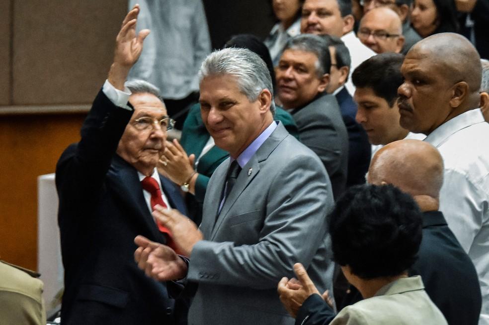 Presidente cubano, Raúl Castro, e seu futuro sucessor, Miguel Díaz-Canel, durante sessão na Assembleia Nacional nesta quarta-feira (18)  (Foto: AFP )