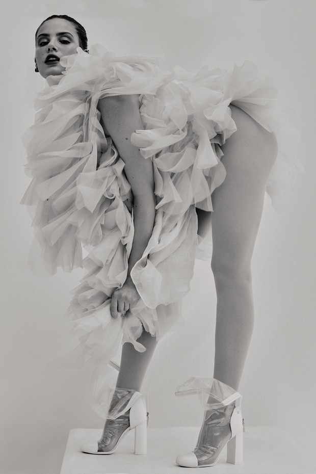 Pelerine, R$ 3.490, e saia, R$ 9.490, ambas Emanuelle Junqueira. Bota, R$ 7.560, Chanel; joias, Andrea Conti. (Foto: Rafael Pavarotti)