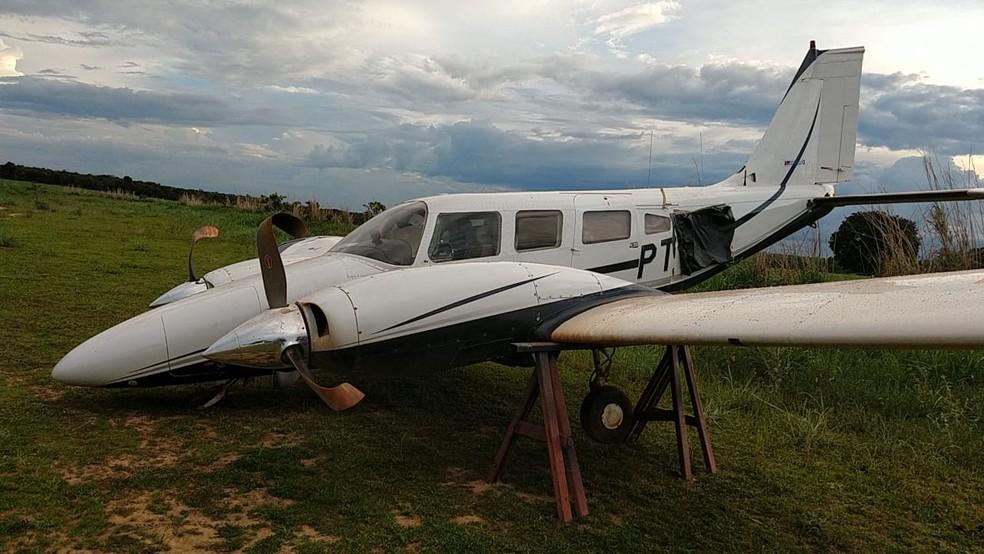 Avião é retirado do local pela polícia — Foto: Marcos Yamada/PMMT