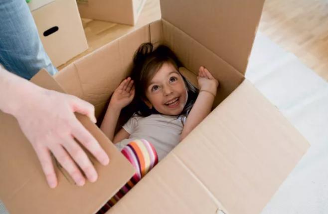 Mudança à vista: como explicar para a criança mudanças de escola, de casa e de cidade não precisam ser um problema (Foto: Christine Schneider / Getty Images)