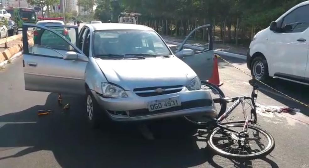 Garrafas de bebida alcoólica foram encontradas dentro do veículo após briga de trânsito na Zona Leste de Teresina. — Foto: Dalyne Barbosa/TV Clube