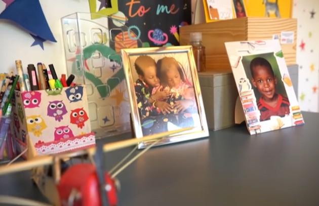 O local tem também fotos emolduradas das crianças  (Foto: Reprodução)