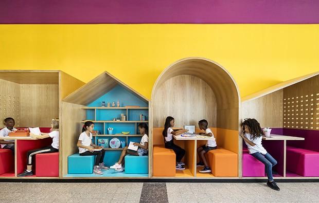 Escola para crianças refugiadas ganha espaços coloridos após reforma