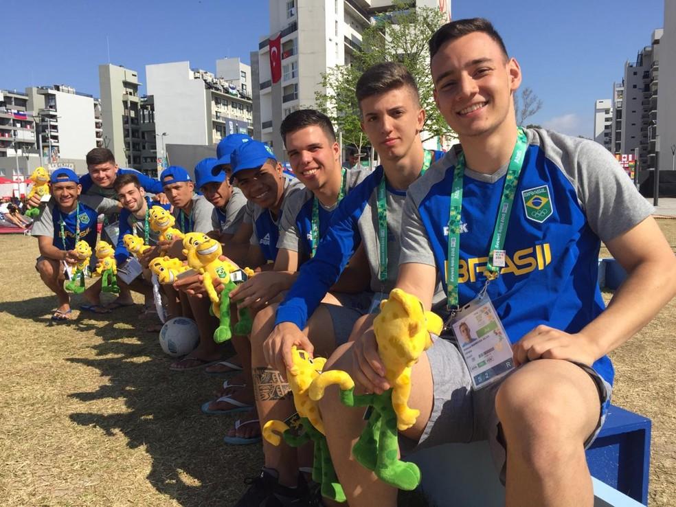 Brasileiros da equipe de futsal nos Jogos Olímpicos da Juventude entregaram o mascote do Time Brasil — Foto: Winne Fernandes