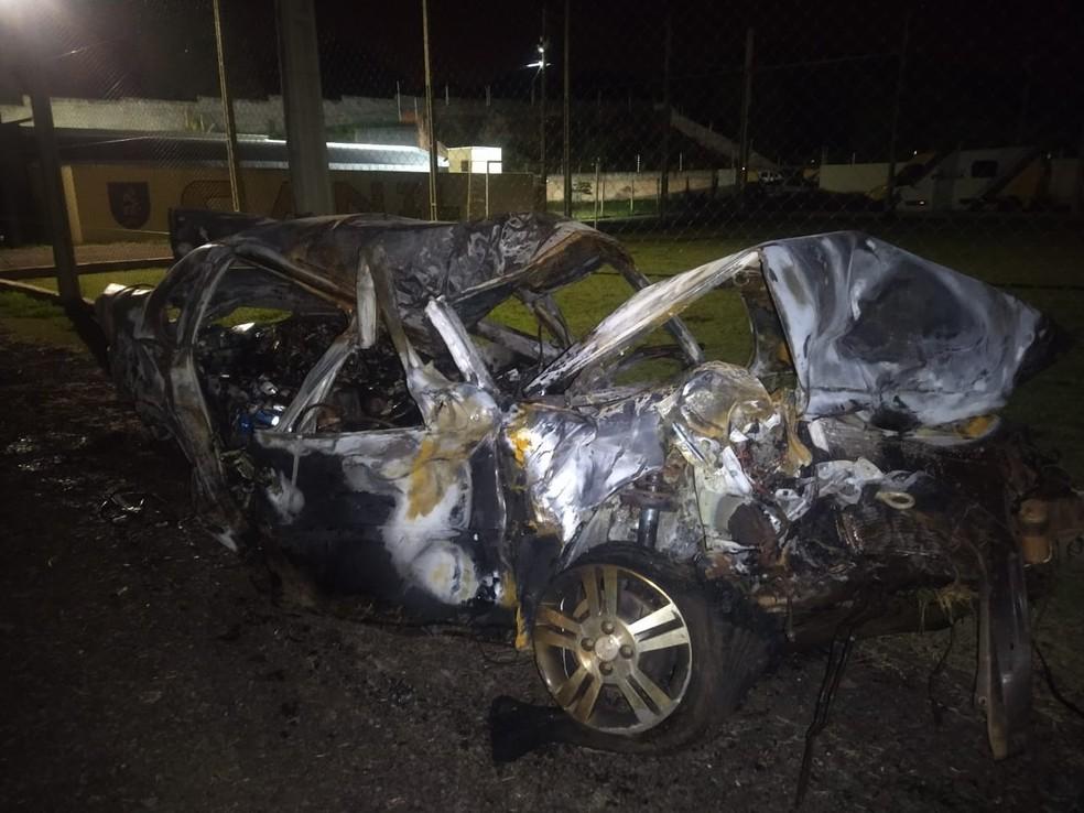 Carro ficou destruído após pegar fogo — Foto: PM/Divulgação