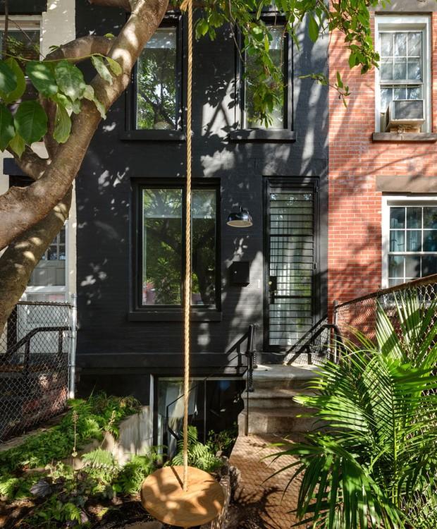 A fachada estreita da casa conta com jardim e balanço (Foto: Indecora/ Reprodução)